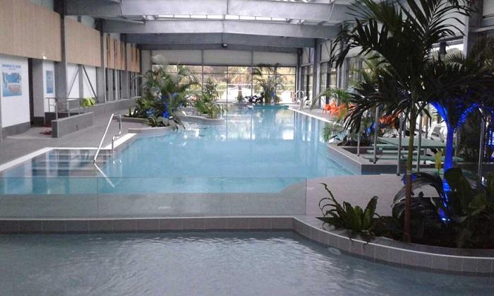 piscine de collectivité avec accessoire
