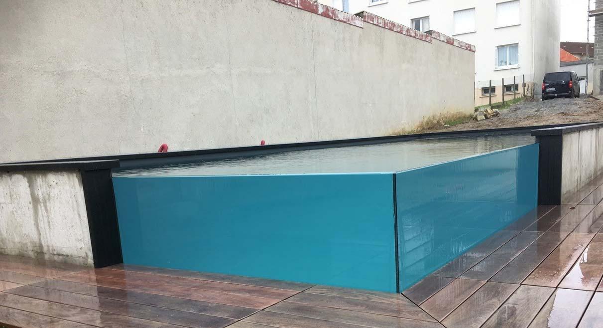 piscine avec parois de verre