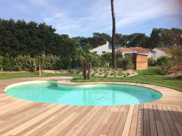 en extérieur constructeur piscine à débordement Nantes